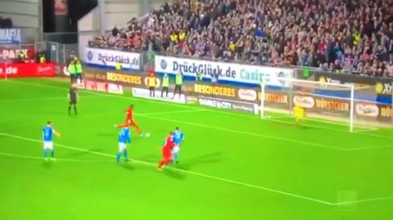 Պահեստային ֆուտբոլիստը դիպել է գնդակին,ինչի պատճառով մրցավարը 11-մետրանոց է նշանակել(տեսանյութ)