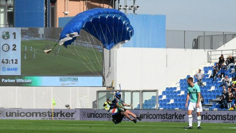Սասուոլո-Ինտեր հանդիպման ընթացքում օդապարիկով անձը հայտնվել է խաղադաշտում (տեսանյութ)