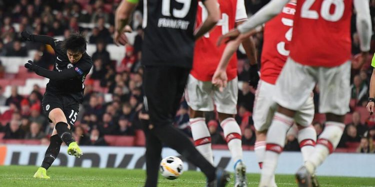 Frankfurt's Japanese midfielder Daichi Kamada (L) scores his team's second goal during their UEFA Europa league Group F football match between Arsenal and Eintracht Frankfurt at the Emirates stadium in London on November 28, 2019. (Photo by DANIEL LEAL-OLIVAS / AFP) (Photo by DANIEL LEAL-OLIVAS/AFP via Getty Images)