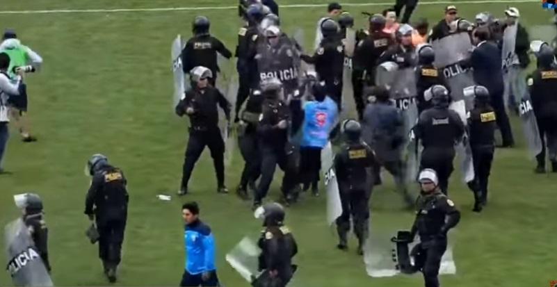 Պերուում ֆուտբոլիստներն ու երկրպագուները հարձակվել են մրցավարի վրա. ոստիկանները պաշտպանել են նրան