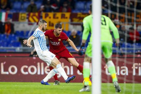 Roma's Edin Dzeko (R) and Spal's Francesco Vicari fight for the ball during their Italian Serie A soccer match at Olimpico stadium in Rome, Italy, 15 December 2019. ANSA/ANGELO CARCONI