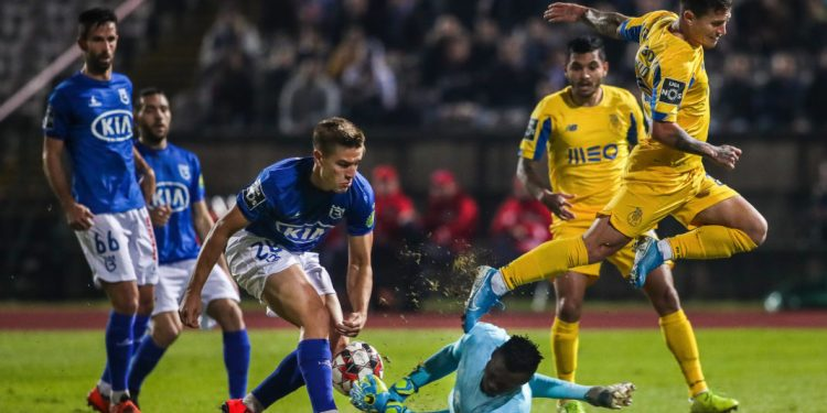 Belenenses SAD's Tomas (3L) in action against FC Porto's Otavio (R) during their Portuguese First League soccer match held at Jamor National Stadium, in Oeiras, Portugal, 08 December 2019. MARIO CRUZ/LUSA