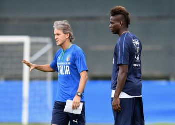 VINOVO, ITALY - JUNE 02:  Head coach Italy Roberto Mancini (L) and Mario Balotelli chat during a Italy training session at Juventus Center Vinovo on June 2, 2018 in Vinovo, Italy.  (Photo by Claudio Villa/Getty Images)