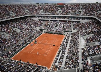 General view of the Philippe Chatrier court during the men's singles first round match between Switzerland's Roger Federer and Italy's Lorenzo Sonego, on day 1 of The Roland Garros 2019 French Open tennis tournament in Paris on May 26, 2019. (Photo by Anne-Christine POUJOULAT / AFP)