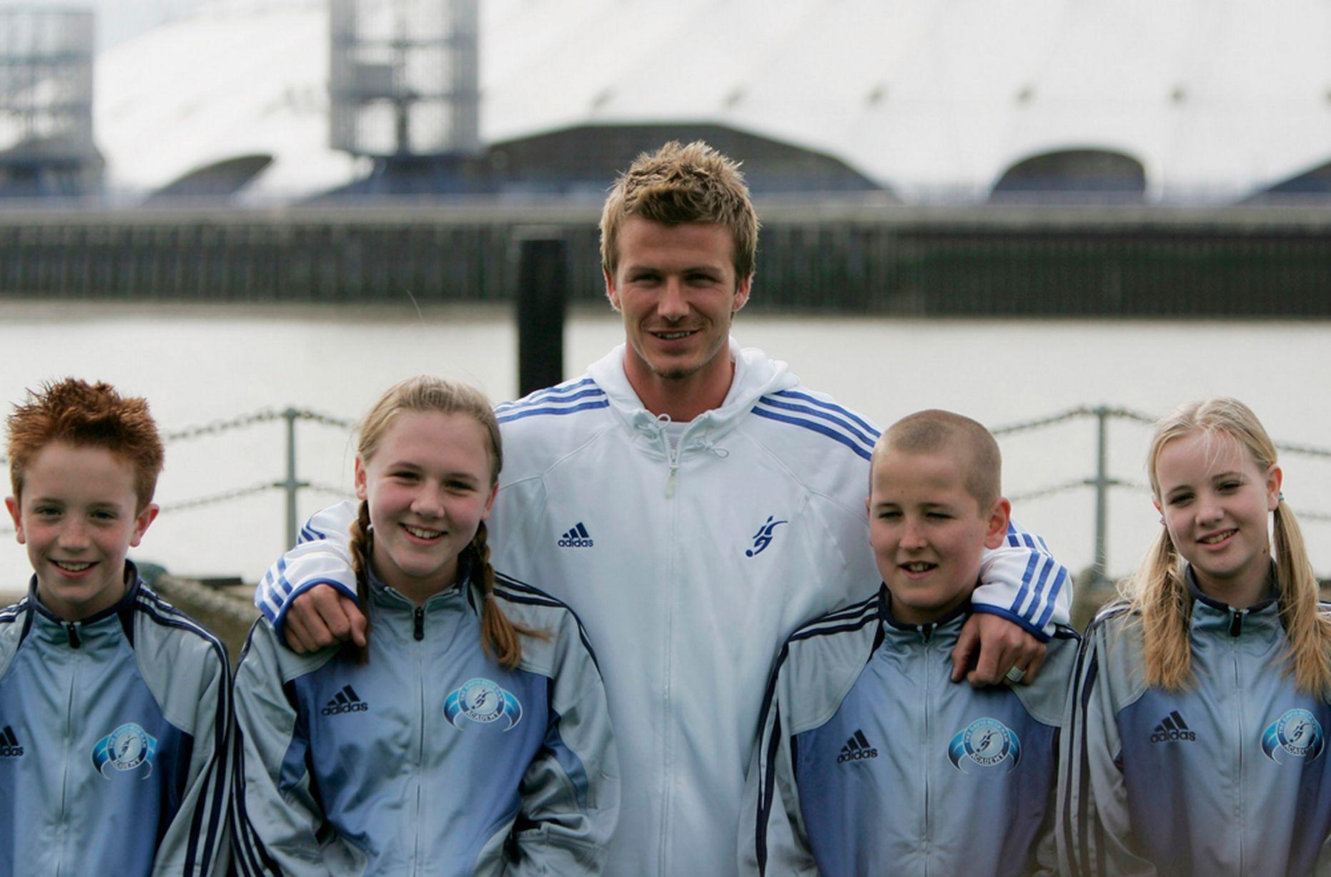2005-ին Բեքհեմը լուսանկարվել է 11-ամյա Քեյնի հետ. նրանց կողքին Հարիի ապագա կինն է