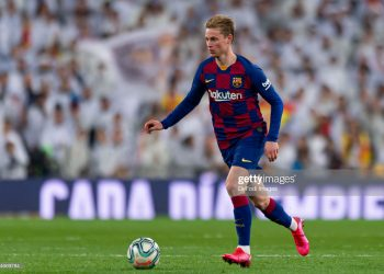 MADRID, SPAIN - MARCH 01: (BILD ZEITUNG OUT) Frenkie de Jong of FC Barcelona battle for the ball  during the Liga match between Real Madrid CF and FC Barcelona at Estadio Santiago Bernabeu on March 1, 2020 in Madrid, Spain. (Photo by Alejandro Rios/DeFodi Images via Getty Images)