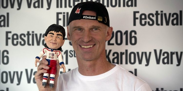 Czech ice hockey player Dominik Hasek poses with the puppet of Jaromir Jagr during a photocall for the animated film Nagano at the 51st Karlovy Vary International Film Festival in Karlovy Vary, Czech Republic, July 6, 2016. (CTK Photo/Katerina Sulova)