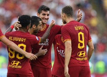 ROME, ITALY - SEPTEMBER 15:  Justin Kluivert with his teammates of AS Roma celebrates after scoring the team's fourth goal during the Serie A match between AS Roma and US Sassuolo at Stadio Olimpico on September 15, 2019 in Rome, Italy.  (Photo by Paolo Bruno/Getty Images)