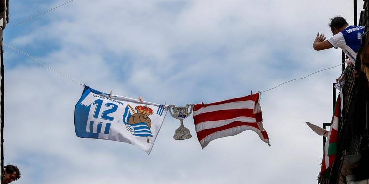 Real Sociedad s and Athletic Bilbao flags are seen in the streets of San Sebastian, Basque Country, Spain on 18 April 2020 where the King s Cup Final match between Athletic Bilbao and Real Sociedad should take place, but due to coronavirus has been postponed to an unknown day. The postpone King s Cup final match ACHTUNG: NUR REDAKTIONELLE NUTZUNG PUBLICATIONxINxGERxSUIxAUTxONLY Copyright: xJavierxEtxezarretax GRAFCAV4695 20200418-637228201211624472