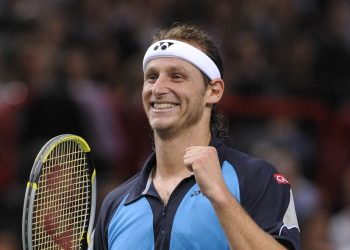 Argentina's David Nalbandian defeats Spain's Rafael Nadal 6-4, 6-0 during the ATP Masters Series final at 'Paris-Bercy' Stadium, in Paris, France, on