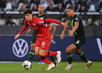 WOLFSBURG, GERMANY - NOVEMBER 10: Jeffrey Bruma (R) of VfL Wolfsburg competes for the ball with Kai Havertz (L) of Bayer 04 Leverkusen during the Bundesliga match between VfL Wolfsburg and Bayer 04 Leverkusen at Volkswagen Arena on November 10, 2019 in Wolfsburg, Germany. (Photo by Oliver Hardt/Bongarts/Getty Images)