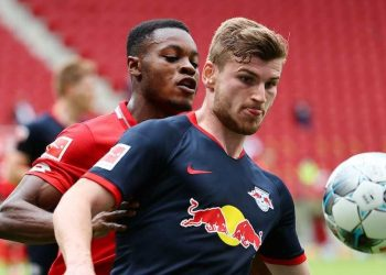 Leipzig's German forward Timo Werner (Front) vies with Mainz' German midfielder Ridle Baku during the German first division Bundesliga football match FC Schalke 04 v FC Augsburg on May 24, 2020 in Gelsenkirchen, western Germany. (Photo by KAI PFAFFENBACH / POOL / AFP) / DFL REGULATIONS PROHIBIT ANY USE OF PHOTOGRAPHS AS IMAGE SEQUENCES AND/OR QUASI-VIDEO (Photo by KAI PFAFFENBACH/POOL/AFP via Getty Images)