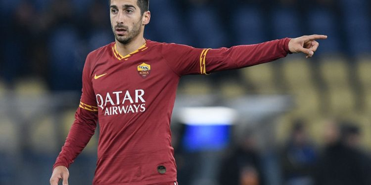 Henrikh Mkhitaryan of AS Roma gives instructions to his teammates during the Serie A match between Roma and Bologna at Stadio Olimpico, Rome, Italy on 7 February 2020. (Photo by Giuseppe Maffia/NurPhoto via Getty Images)