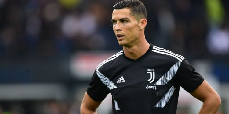 TOPSHOT - Juventus' Portuguese forward Cristiano Ronaldo trains prior to the Italian Serie A football match Udi-nese Calcio vs Juventus FC at the Dacia Arena stadium in Udine on October 6, 2018. (Photo by Miguel MEDINA / AFP)