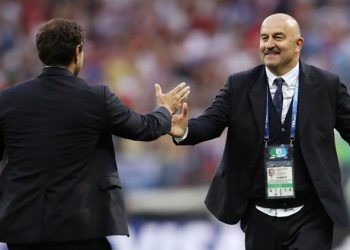Soccer Football - World Cup - Round of 16 - Spain vs Russia - Luzhniki Stadium, Moscow, Russia - July 1, 2018  Russia coach Stanislav Cherchesov shakes hands with Spain coach Fernando Hierro at the end of the match   REUTERS/Carl Recine