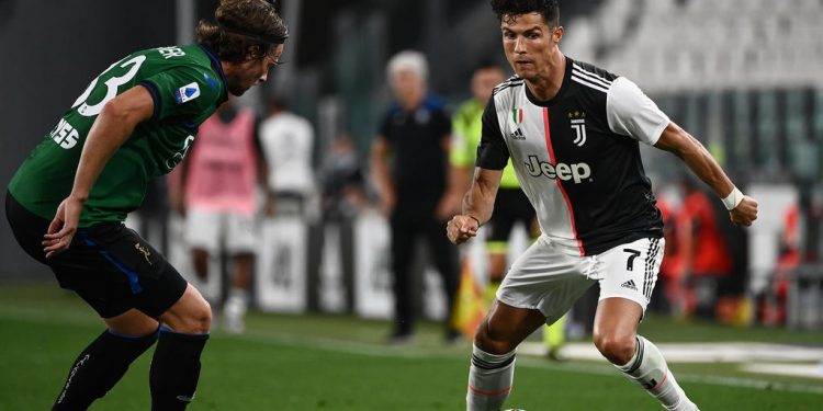Juventus' Portuguese forward Cristiano Ronaldo challenges Atalanta's Dutch defender Hans Hateboer (L) during the Italian Serie A football match Juventus Turin vs Atalanta Bergamo played behind closed doors on July 11, 2020 at the Juventus stadium in Turin, as the country eases its lockdown aimed at curbing the spread of the COVID-19 infection, caused by the novel coronavirus. (Photo by Marco BERTORELLO / AFP)
