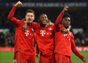 Bayern Munich's Polish striker Robert Lewandowski (L) celebrates with Bayern Munich's Austrian defender David Alaba (C) and Bayern Munich's Canadian midfielder Alphonso Davies (R) after scoring their third goal during the UEFA Champion's League round of 16 first leg football match between Chelsea and Bayern Munich at Stamford Bridge in London on February 25, 2020. (Photo by Glyn KIRK / AFP)