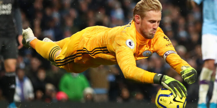 MANCHESTER, ENGLAND - DECEMBER 21: Kasper Schmeichel of Leicester City in action during the Premier League match between Manchester City and Leicester City at Etihad Stadium on December 21, 2019 in Manchester, United Kingdom. (Photo by Clive Brunskill/Getty Images)