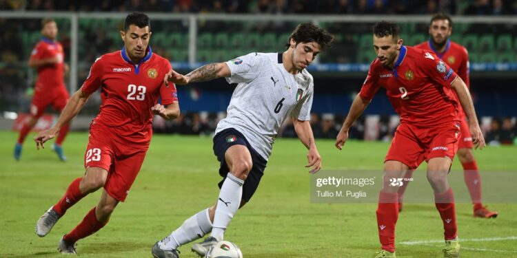 PALERMO, ITALY - NOVEMBER 18: Sandro Tonali (C) of Italy holds off the challenge from Artem Simonyan (L) and Andre Calisir of Armenia during the UEFA Euro 2020 Qualifier between Italy and Armenia on November 18, 2019 in Palermo, Italy. (Photo by Tullio M. Puglia/Getty Images)