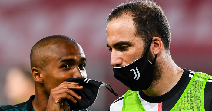 GENOA, ITALY - JUNE 30: Douglas Costa of Juventus (left) chats with Gonzalo Higuain of Juventus before the Serie A match between Genoa CFC and Juventus FC at Stadio Luigi Ferraris on June 30, 2020 in Genoa, Italy. (Photo by Paolo Rattini/Getty Images)