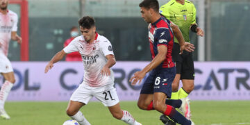 CROTONE, ITALY - SEPTEMBER 27: Lisandro Magallan of Crotone competes for the ball with Diaz Brahim of Milan during the Serie A match between FC Crotone and AC Milan at Stadio Comunale Ezio Scida on September 27, 2020 in Crotone, Italy. (Photo by Maurizio Lagana/Getty Images)