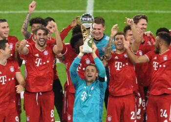 Soccer Football - DFL-Supercup - Bayern Munich v Borussia Dortmund - Allianz Arena, Munich, Germany - September 30, 2020  Bayern Munich's Manuel Neuer and teammates celebrate with the trophy after winning the Supercup   REUTERS/Andreas Gebert/Pool  DFL regulations prohibit any use of photographs as image sequences and/or quasi-video