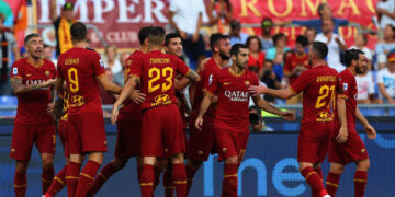 ROME, ITALY - SEPTEMBER 15:  AS Roma players celebrate after the opening goal scored by Bryan Cristante during the Serie A match between AS Roma and US Sassuolo at Stadio Olimpico on September 15, 2019 in Rome, Italy.  (Photo by Paolo Bruno/Getty Images)