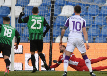 REGGIO NELL'EMILIA, ITALY - APRIL 17: Domenico Berardi of U.S. Sassuolo Calcio scores a penalty past Bartlomiej Dragowski of ACF Fiorentina for his team's first goal during the Serie A match between US Sassuolo  and ACF Fiorentina at Mapei Stadium - Citta del Tricolore on April 17, 2021 in Reggio nell'Emilia, Italy. Sporting stadiums around Italy remain under strict restrictions due to the Coronavirus Pandemic as Government social distancing laws prohibit fans inside venues resulting in games being played behind closed doors. (Photo by Alessandro Sabattini/Getty Images)