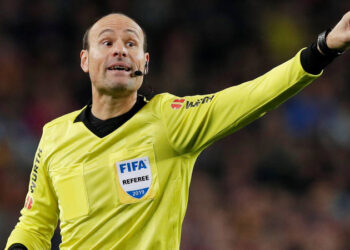Soccer Football - Copa del Rey - Semi Final First Leg - FC Barcelona v Real Madrid - Camp Nou, Barcelona, Spain - February 6, 2019  Referee Antonio Miguel Mateu Lahoz gestures during the match   REUTERS/Albert Gea