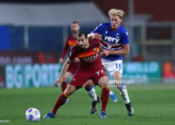 GENOA, ITALY - MAY 02: (BILD ZEITUNG OUT) Henrikh Mkhitaryan of AS Roma and Morten Thorsby of UC Sampdoria battle for the ball during the Serie A match between UC Sampdoria and AS Roma at Stadio Luigi Ferraris on May 2, 2021 in Genoa, Italy. (Photo by Sportinfoto/DeFodi Images via Getty Images)