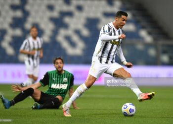 REGGIO NELL'EMILIA, ITALY - MAY 12: Cristiano Ronaldo of Juventus runs with the ball during the Serie A match between US Sassuolo and Juventus at Mapei Stadium - Città del Tricolore on May 12, 2021 in Reggio nell'Emilia, Italy. Sporting stadiums around Italy remain under strict restrictions due to the Coronavirus Pandemic as Government social distancing laws prohibit fans inside venues resulting in games being played behind closed doors.  (Photo by Alessandro Sabattini/Getty Images)