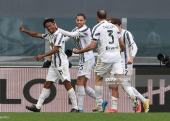 TURIN, ITALY - MAY 15: Juan Cuadrado of Juventus celebrates with team mates after scoring to give the side a 2-1 lead during the Serie A match between Juventus and FC Internazionale at Allianz Stadium on May 15, 2021 in Turin, Italy. Sporting stadiums around Italy remain under strict restrictions due to the Coronavirus Pandemic as Government social distancing laws prohibit fans inside venues resulting in games being played behind closed doors. (Photo by Jonathan Moscrop/Getty Images)