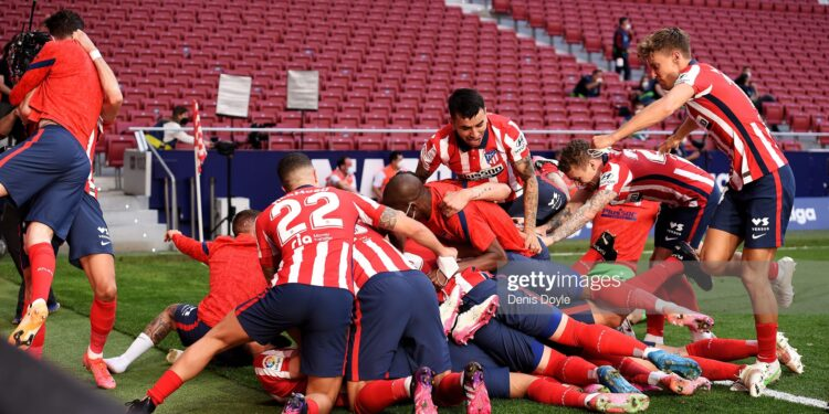 MADRID, SPAIN - MAY 16: The Atletico de Madrid team celebrate after Luis Suarez (obscured) scores their second goal during the La Liga Santander match between Atletico de Madrid and C.A. Osasuna at Estadio Wanda Metropolitano on May 16, 2021 in Madrid, Spain. Sporting stadiums around Spain remain under strict restrictions due to the Coronavirus Pandemic as Government social distancing laws prohibit fans inside venues resulting in games being played behind closed doors.  (Photo by Denis Doyle/Getty Images)