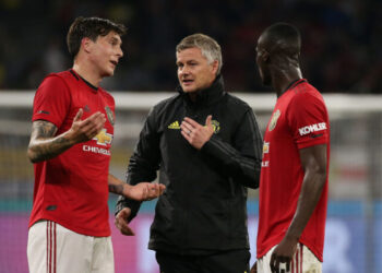 PERTH, AUSTRALIA - JULY 17: Ole Gunnar Solskjaer manager of Manchester United talks with Victor Lindelof and Eric Bailly as players walk from the field at half time during a pre-season friendly match between Manchester United and Leeds United at Optus Stadium on July 17, 2019 in Perth, Australia. (Photo by Paul Kane/Getty Images)